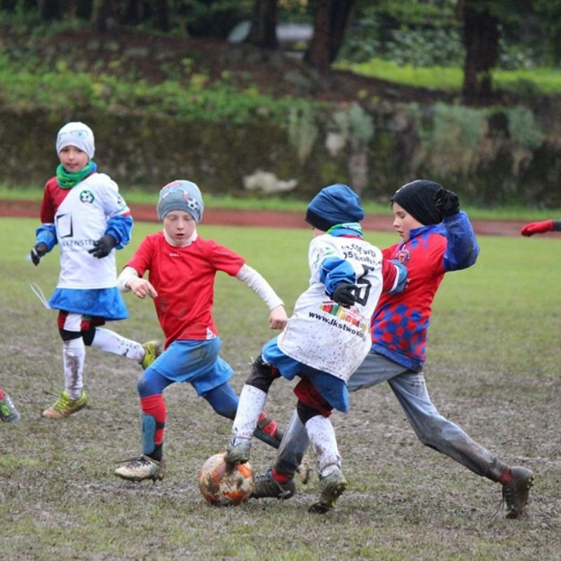 Dzieci grające w piłkę nożną w strojach piłkarskich PEHA