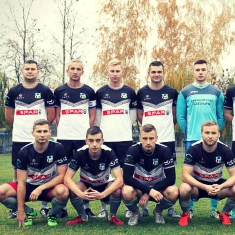 piłkarze ustawieni przed meczem do zdjęcia w strojach piłkarskich marki sportowej PEHA