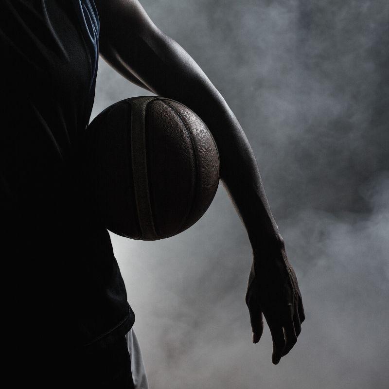 koszykarz trzymający piłkę koszykarską