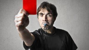 Czerwona kartka w siatkówce - sędzia trzymający czerwoną kartkę